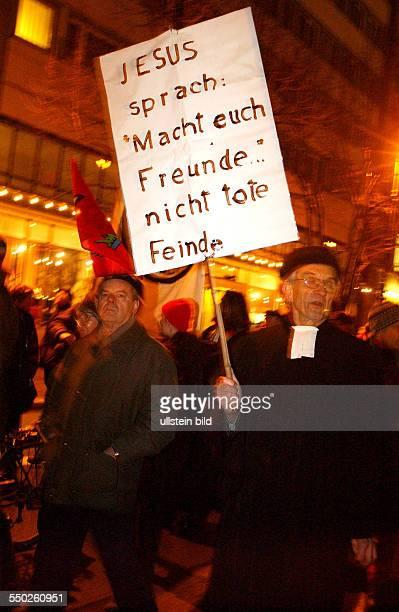 Protest gegen den bevorstehenden IrakKrieg vor dem Bundesverteidigungsministerium in Berlin Pfarrer mit Transparent Jesus sprach Macht euch Freunde...