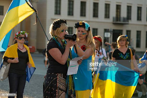 protest of ukrainian people at brandenburger tor berlin - central europe stock photos and pictures