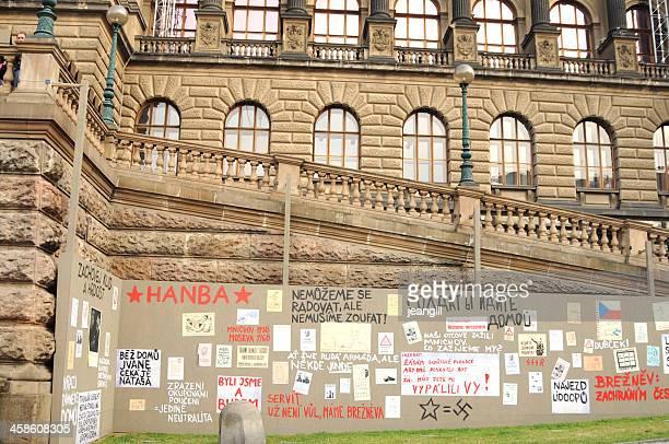 protesta pósteres en praga - comunismo fotografías e imágenes de stock