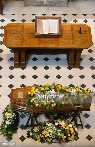 protestant funeral - cercueil photos et images de collection