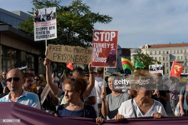 Proteste linker Gruppen gegen das Vorgehen der türkischen Regierung unter Präsident Erdogan nach dem gescheiterten Putschversuch in BerlinNeukölln...