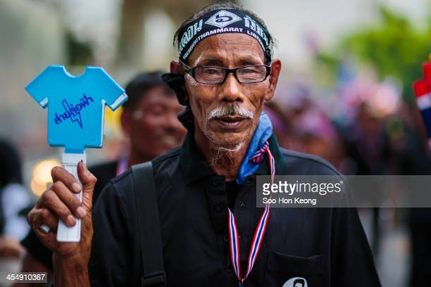 CONTENT] A protester cheering during the march along with protest leader Suthep Thaugsuban to Budget Bureau in Bangkok