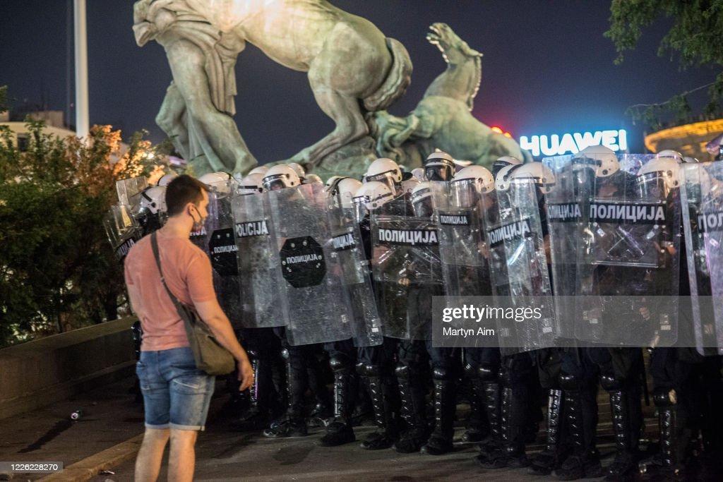 Serbia Backtracks On Covid-19 Curfew Following Protests : Foto di attualità