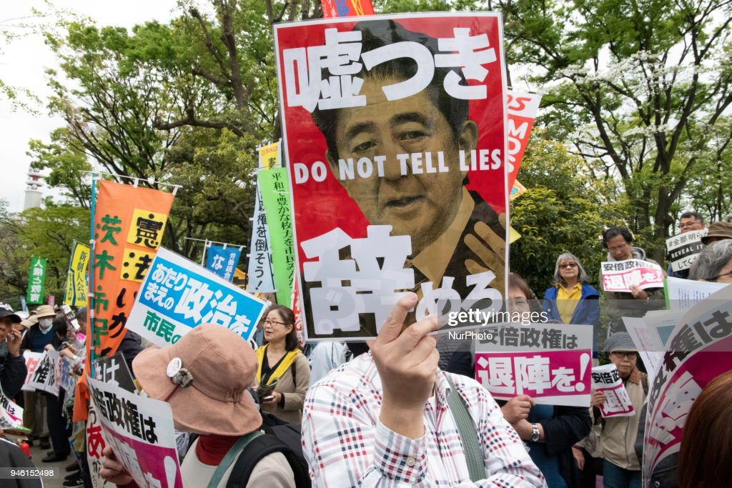 Anti Abe Protest In Front Of Tokyo Parliament : ニュース写真