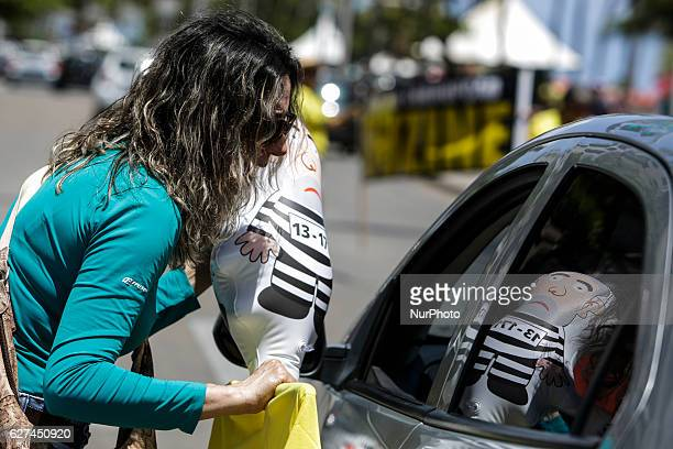 A protester on Boa Viagem beach approached drivers on the street with a doll of former President Lula dressed as a prisoner Members of the popular...
