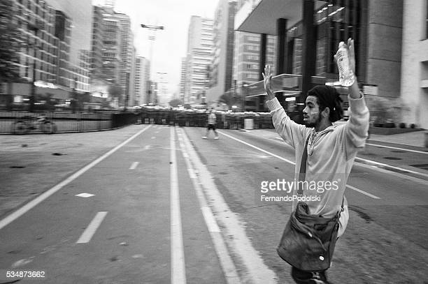manifestante renda-se - protesto - fotografias e filmes do acervo