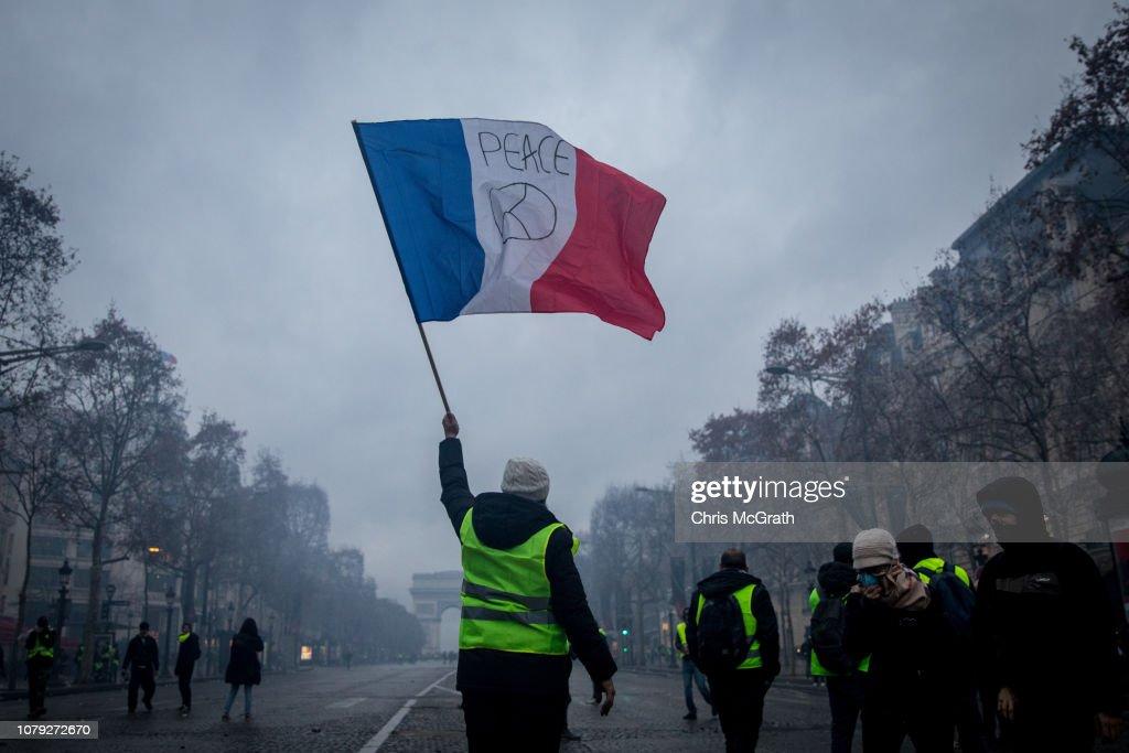 'Yellow Vests' Return to Paris Streets : News Photo