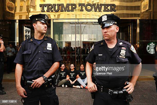 Protesters block the entrance to Trump Tower in Manhattan before being arrested on August 31 2016 in New York City The action called hecho por...