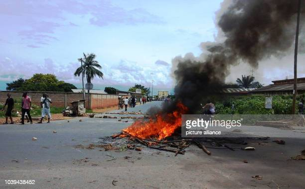Protesters burn tires and other objects in crossroads of main roads to obstruct traffic 26 April 2015 Photo Apollinaire Niyirora/dpa | usage worldwide
