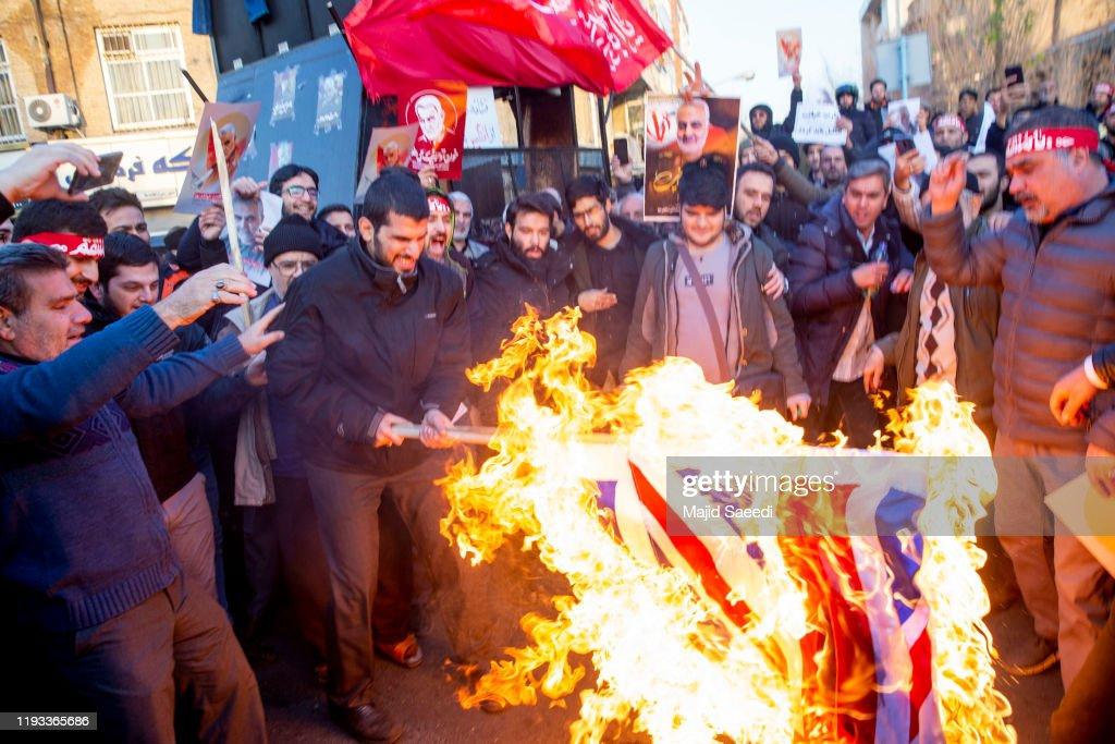 Anti-UK Protests Held Outside British Embassy After British Ambassador Briefly Detained In Tehran : ニュース写真