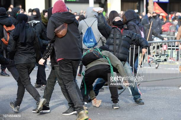 Protesters clash with security forces at the Llotja de Mar during the cabinet meeting in Barcelona Spain on December 21 2018