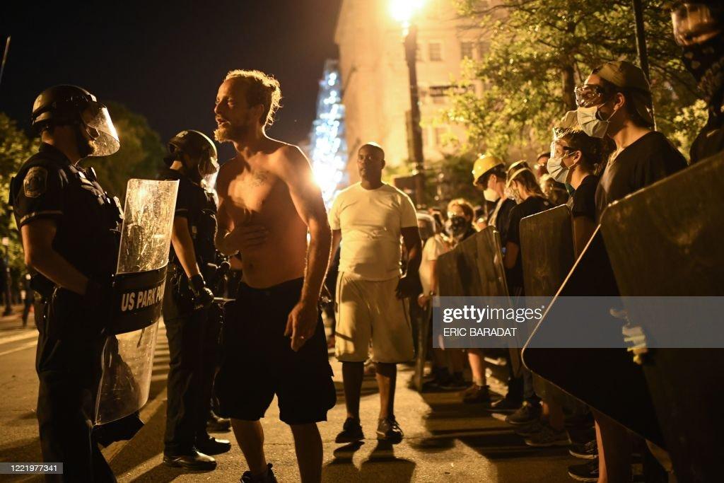US-POLITICS-RACISM-STATUE-unrest-police-demonstration : News Photo