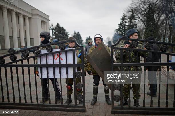 Protesters guard the Ukrainian Parliament on February 25 2014 in Kiev Ukraine Ukraine's interim President Olexander Turchynov is due to form a unity...