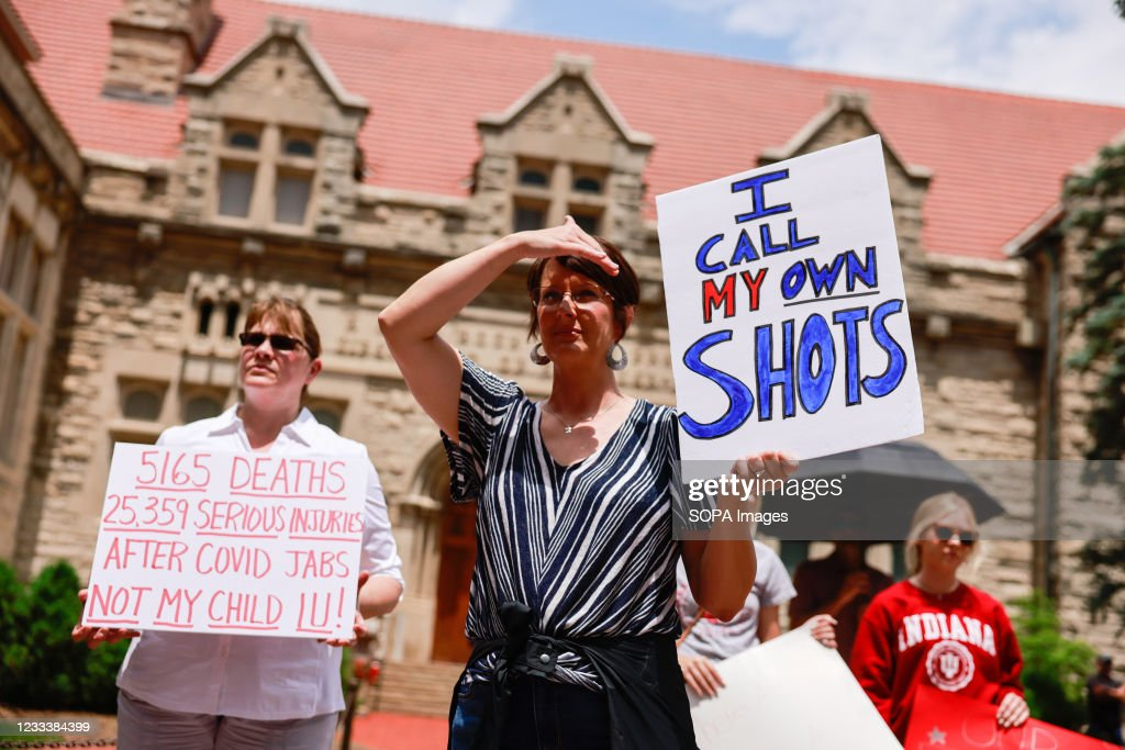 Protesters holding placards gather at Indiana University's... : News Photo