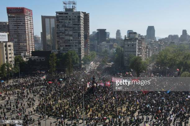 protesters in santiago, chile - santiago chile stock pictures, royalty-free photos & images