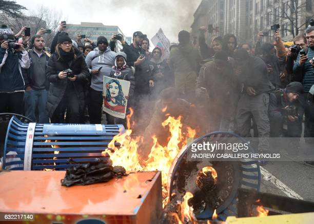 TOPSHOT Protesters set fires in protest against the inauguration of President Donald Trump January 20 2017 in Washington DC / AFP / Andrew...