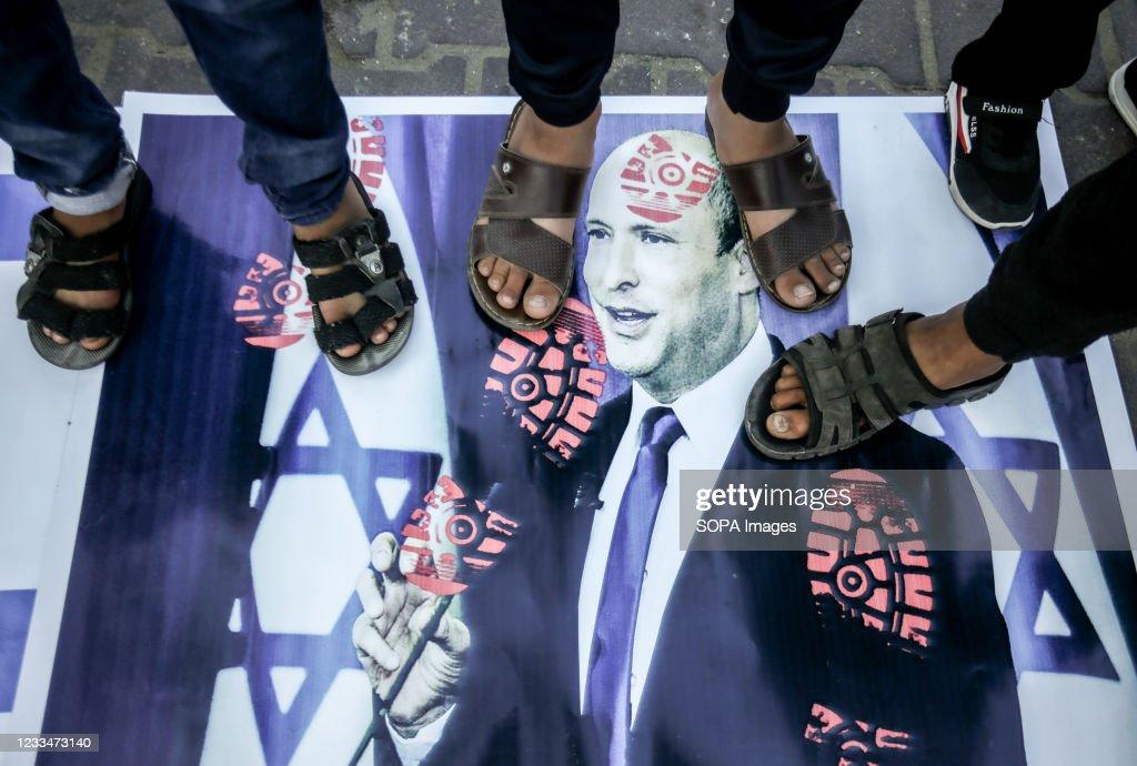 Protesters stepping on the portrait of Israeli Prime... : Foto di attualità