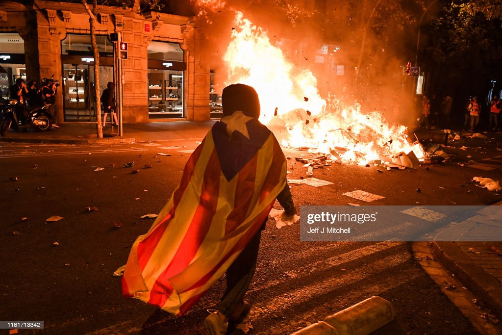 Barcelona Sees Another Night Of Protest Against Jailing Of Catalan Separatists : Nieuwsfoto's