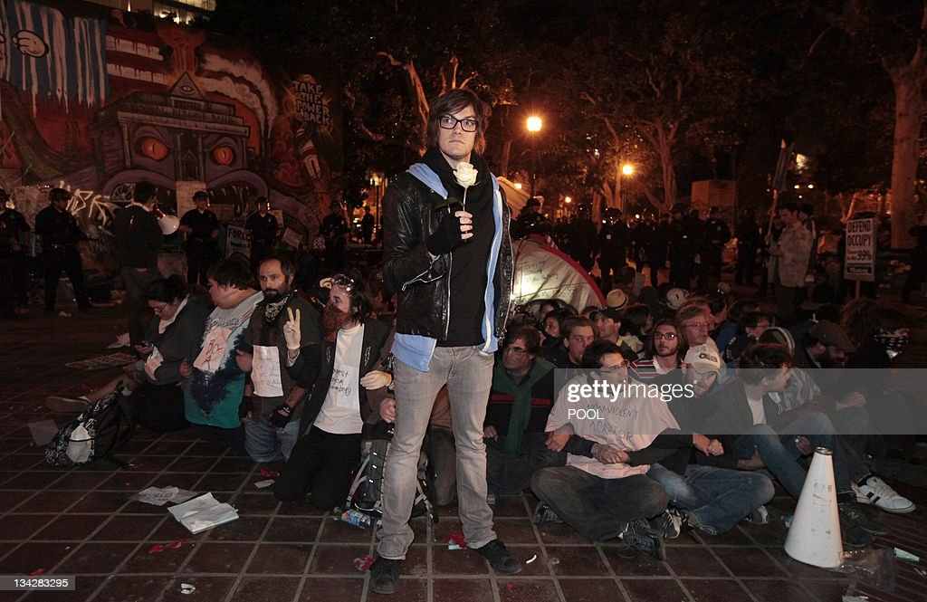 Protesters wait to be arrested as Los An : News Photo