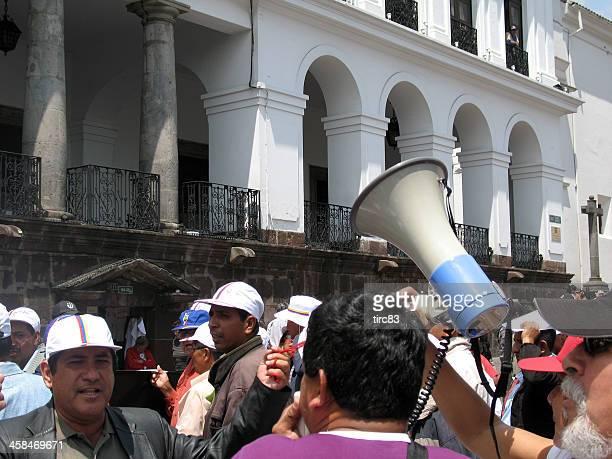 Protesters com Megafone fora Palácio presidencial de Quito