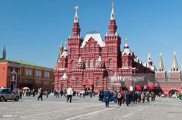 protestors lasciando piazza rossa di mosca russia - bandiera comunista foto e immagini stock