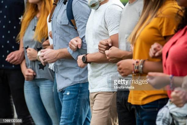 一緒に立っている抗議者 - 社会運動 ストックフォトと画像
