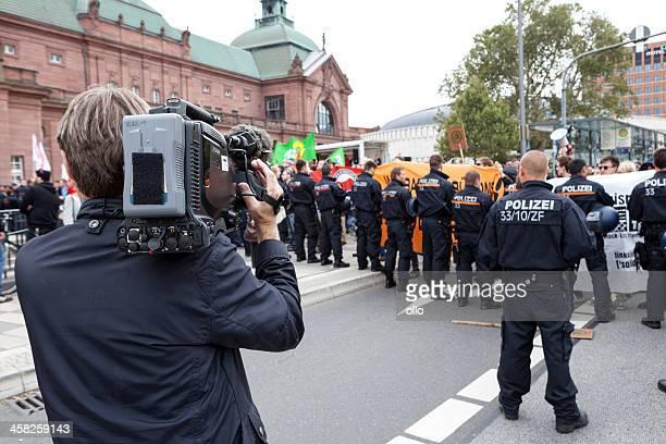 protest gegen efn-wahlkampf - journalist stock-fotos und bilder