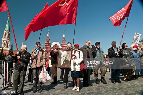 proteste in piazza rossa di mosca - bandiera comunista foto e immagini stock