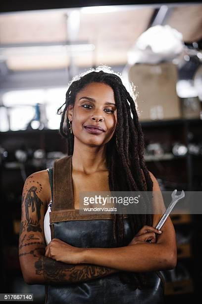 Heureux afro Artisane dans son atelier avec bras croisés