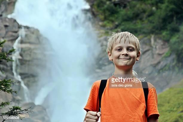 proud and happy boy hiking - kind vor der pubertät stock-fotos und bilder