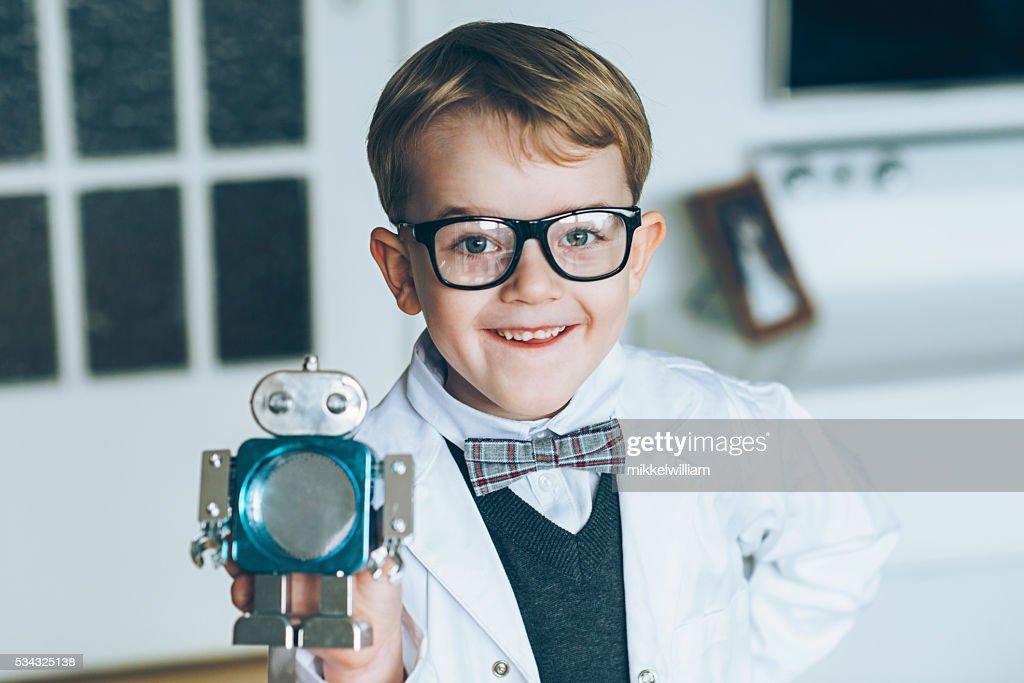 Heureux Garçon L Affiche Petit Robot Jouet Photo   Getty Images