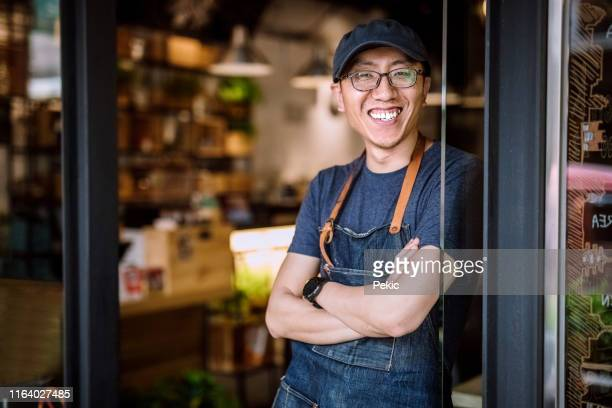 trotse cafe-eigenaar - oprichter stockfoto's en -beelden