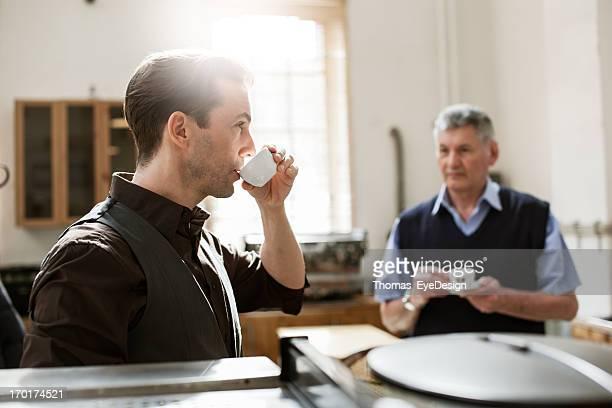 Heureux propriétaire d'un café
