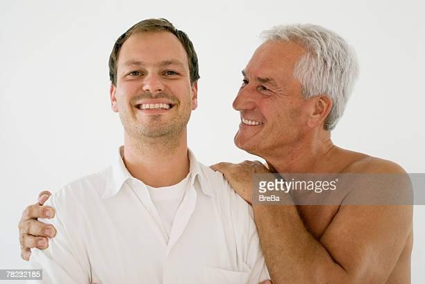 proud father looking at his son - hombre desnudo fondo blanco fotografías e imágenes de stock