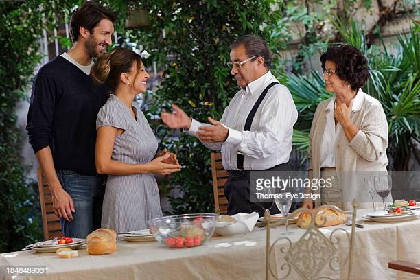 Stolz italienische Sohn präsentiert seine Verlobte Eltern
