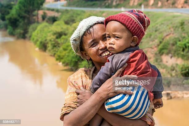 fière mère avec son bébé garçon - madagascar enfant photos et images de collection
