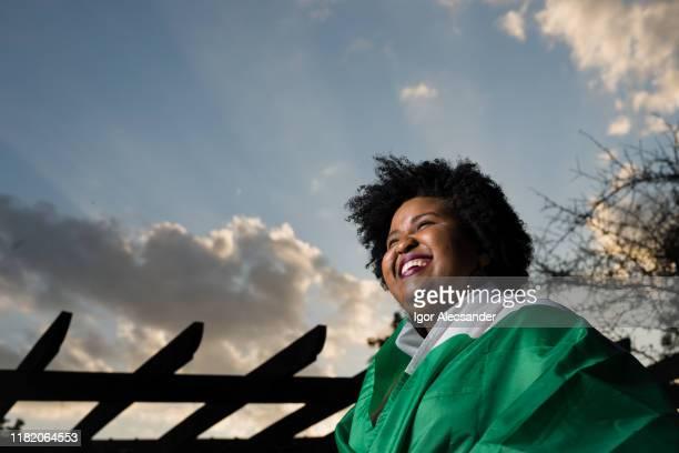trotse nigeriaanse jonge vrouw - nigeria stockfoto's en -beelden