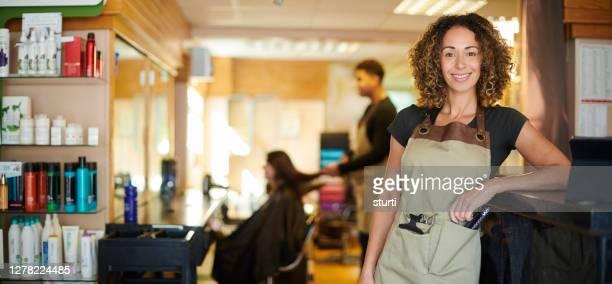 orgoglioso proprietario salone - salone di parrucchiere foto e immagini stock