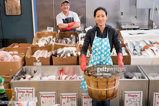 proud vietnamese couple working in fish market - vietnamese ethnicity stock pictures, royalty-free photos & images