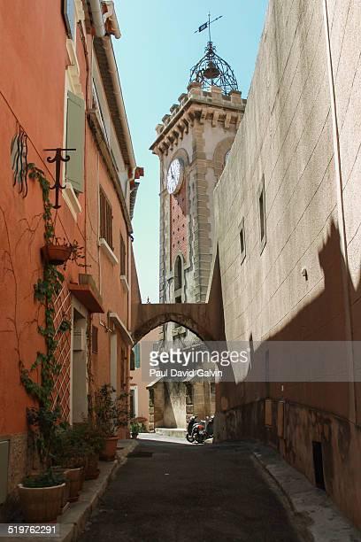 provencal church - オーバーニュ ストックフォトと画像