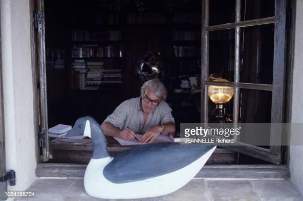 Provence août 1978 L'acteur Jean MARAIS dans sa propriété des Hauts Pradous Ici écrivant à son bureau Au premier plan une sculpture de poule d'eau...