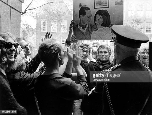 Provo-Unruhen in Amsterdam- Provo-Führer Bernhard de Vries hält einBild von Prinzessin Irene und PrinzCarlos hoch- 1967