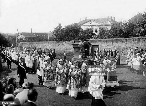 Prozession während der Bischofskonferenz in Fulda der Reliquienschrein des Heiligen Bonifazius wird getragen 1924Aufnahme John Graudenz