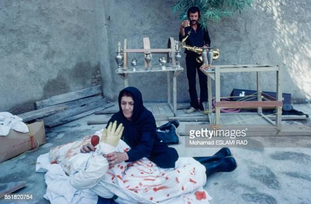 Préparation des costumes et des décors pour la pièce de théâtre sur la fête musulmane de l'Achoura en février 1993 à Téhéran Iran