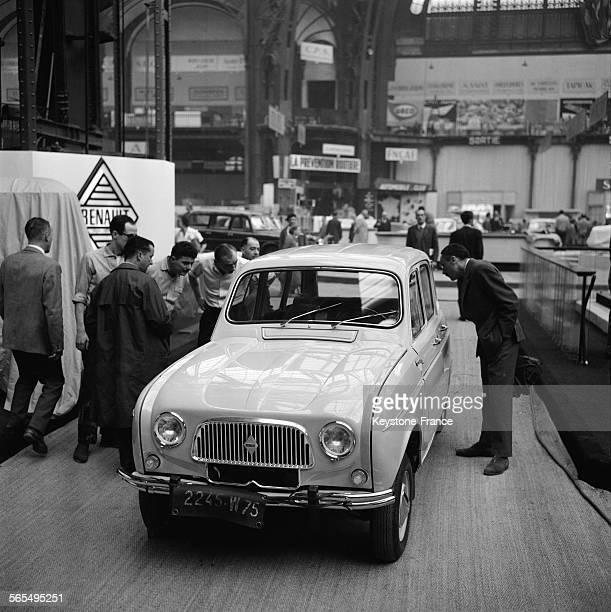 Préparation du Salon au Grand Palais à Paris sur le stand Renault presentation de la 4L France le 4 octobre 1961