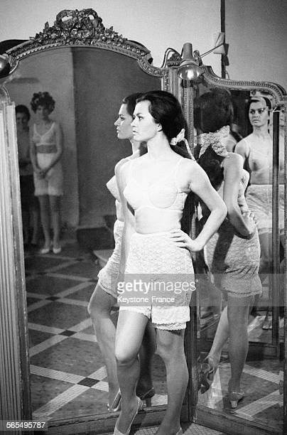 Présentation de corsets gaines et soutiengorges à l'Hôtel Royal Monceau à Paris France le 7 mars 1968