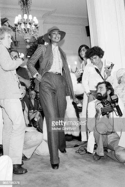 Présentation de la collection Christian Dior AutomneHiver 19761977 le 27 juillet 1976 Modèle tailleurpantalon