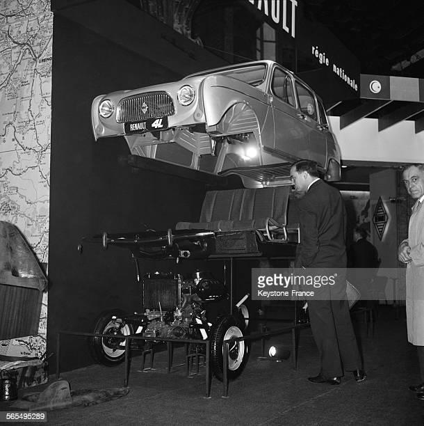 Présentation de la nouvelle Renault 4L au Salon de l'automobile au Grand Palais Paris France le 5 octobre 1961