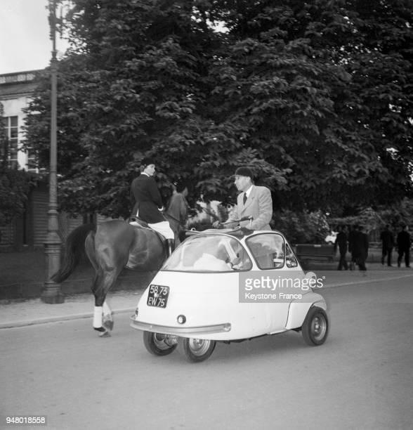 Présentation de la nouvelle voiture 'Velam Isetta' en France en 1955