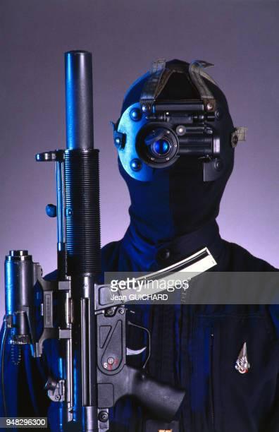 Présentation de l'équipement du Groupe d'Intervention de la Gendarmerie Nationale le GIGN en juin 1988 en France